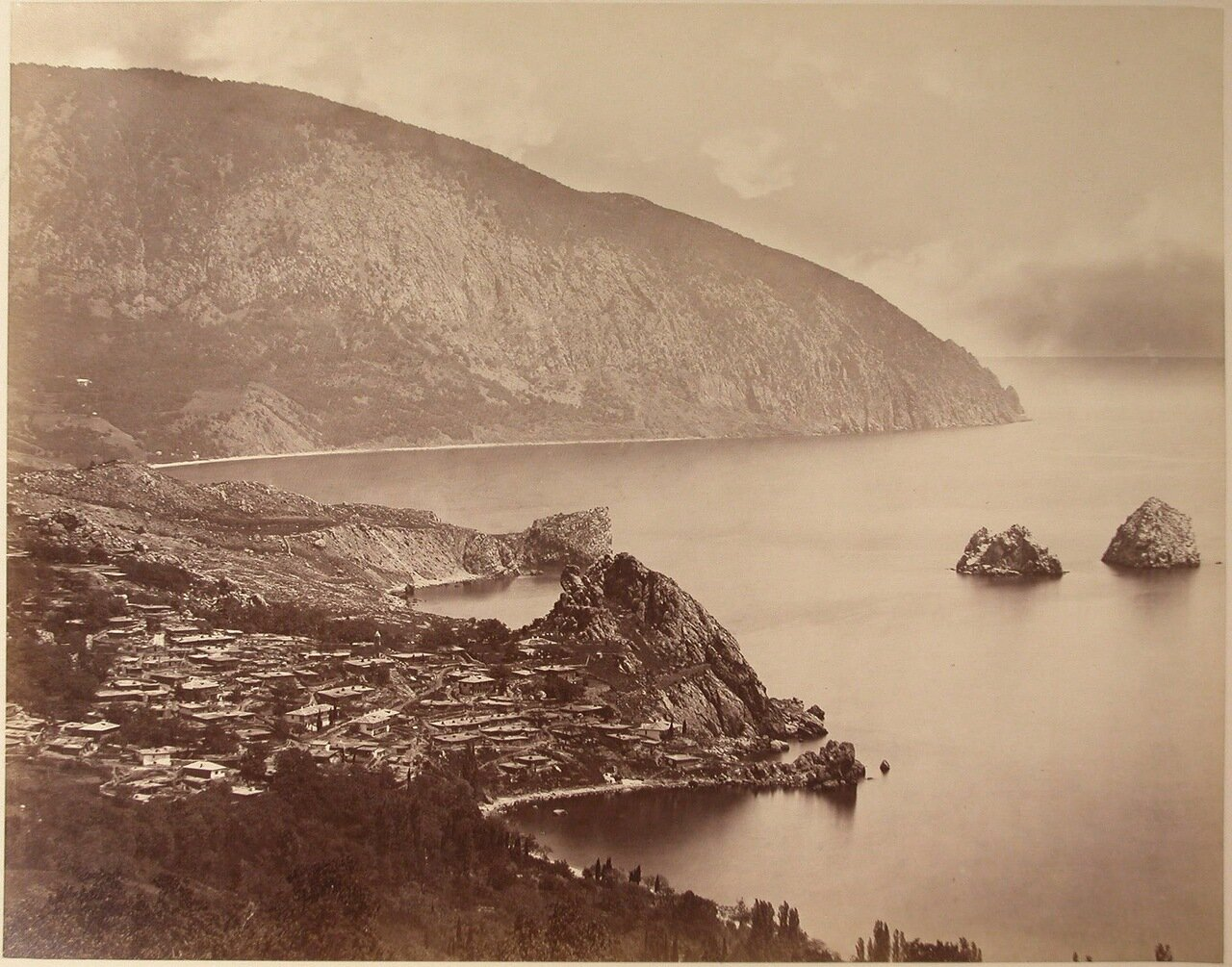 27. Вид на город со стороны бухты и гору Аю-даг; справа - скалы Адалары