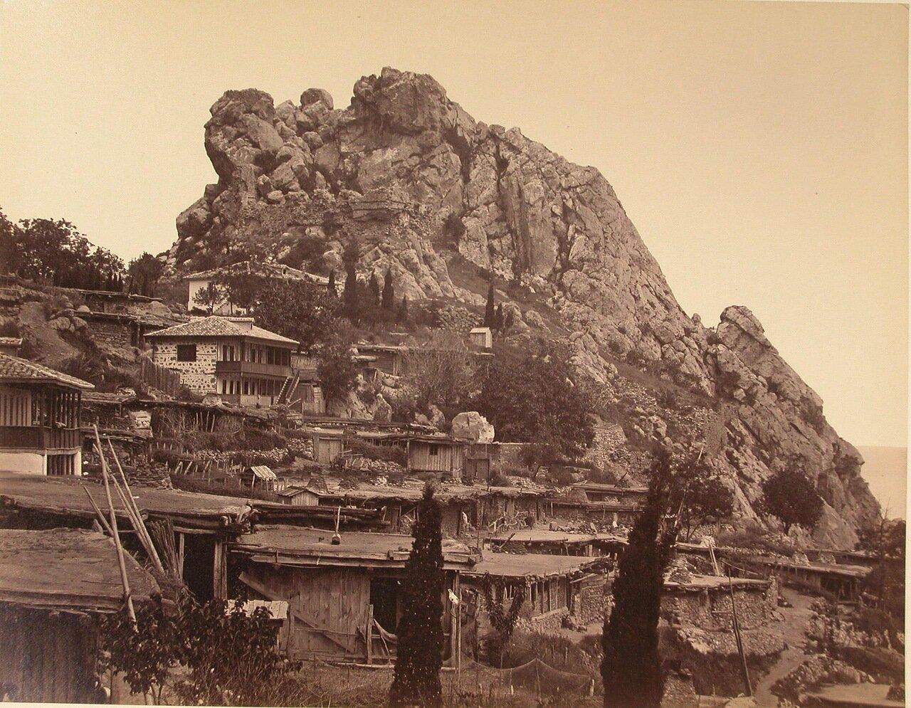 29. Вид жилых домов на скале у подножья горы