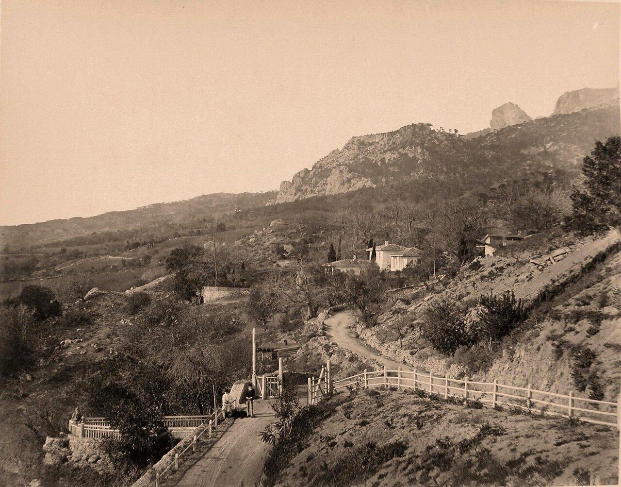 08. Местные жители на дороге близ селения у подножия горы