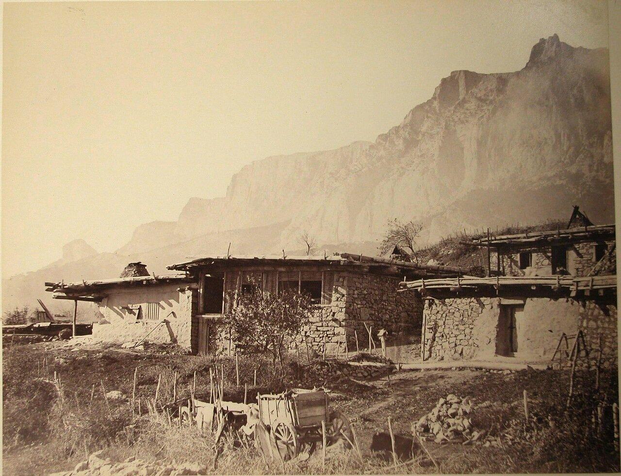 38. Гаспра. Вид жилых домов у поножия горы
