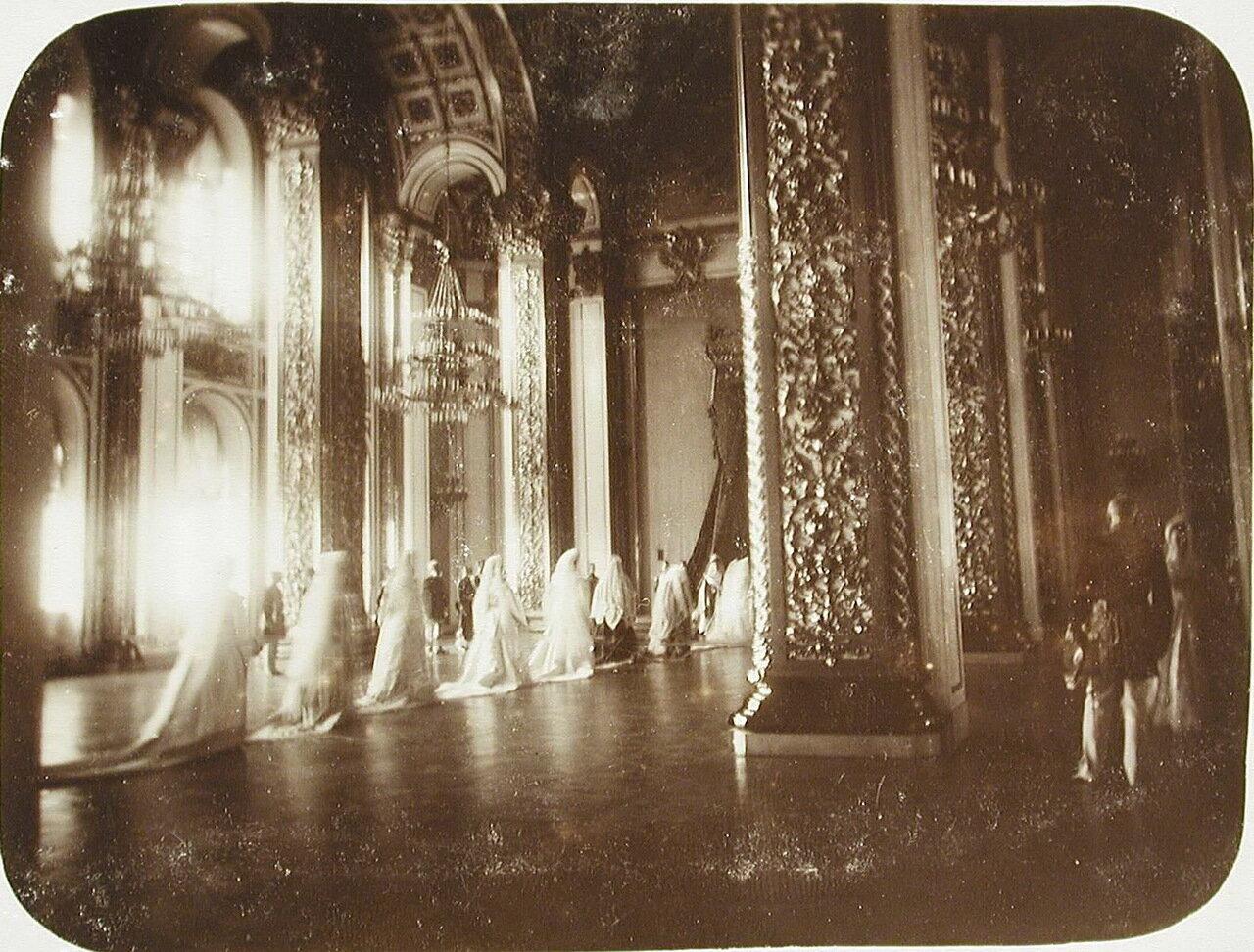 05. Фрейлины и статс-дамы свиты императрицы покидают зал Большого Кремлевского дворца