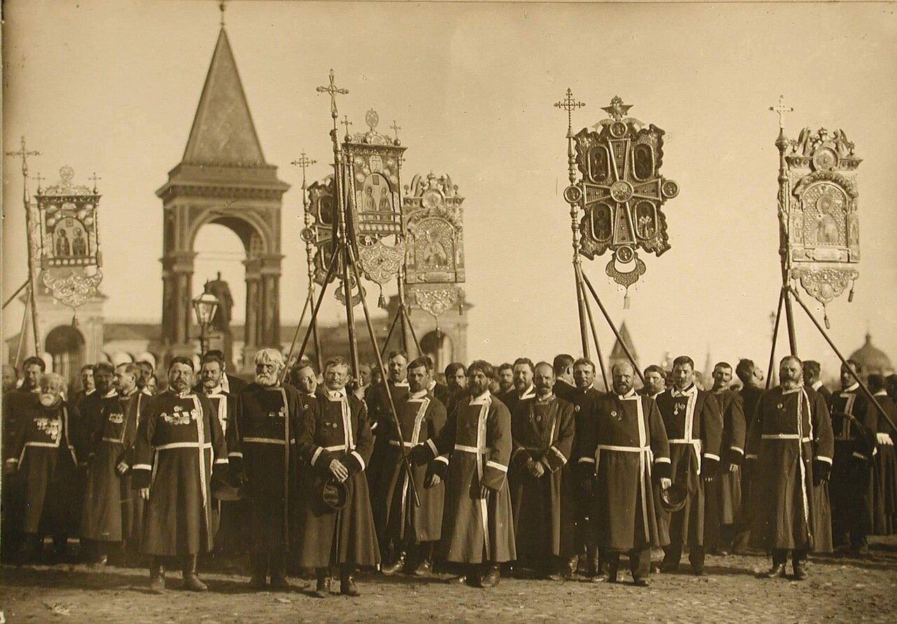 30. Представители земств в ожидании императора у Успенского собора. Москва