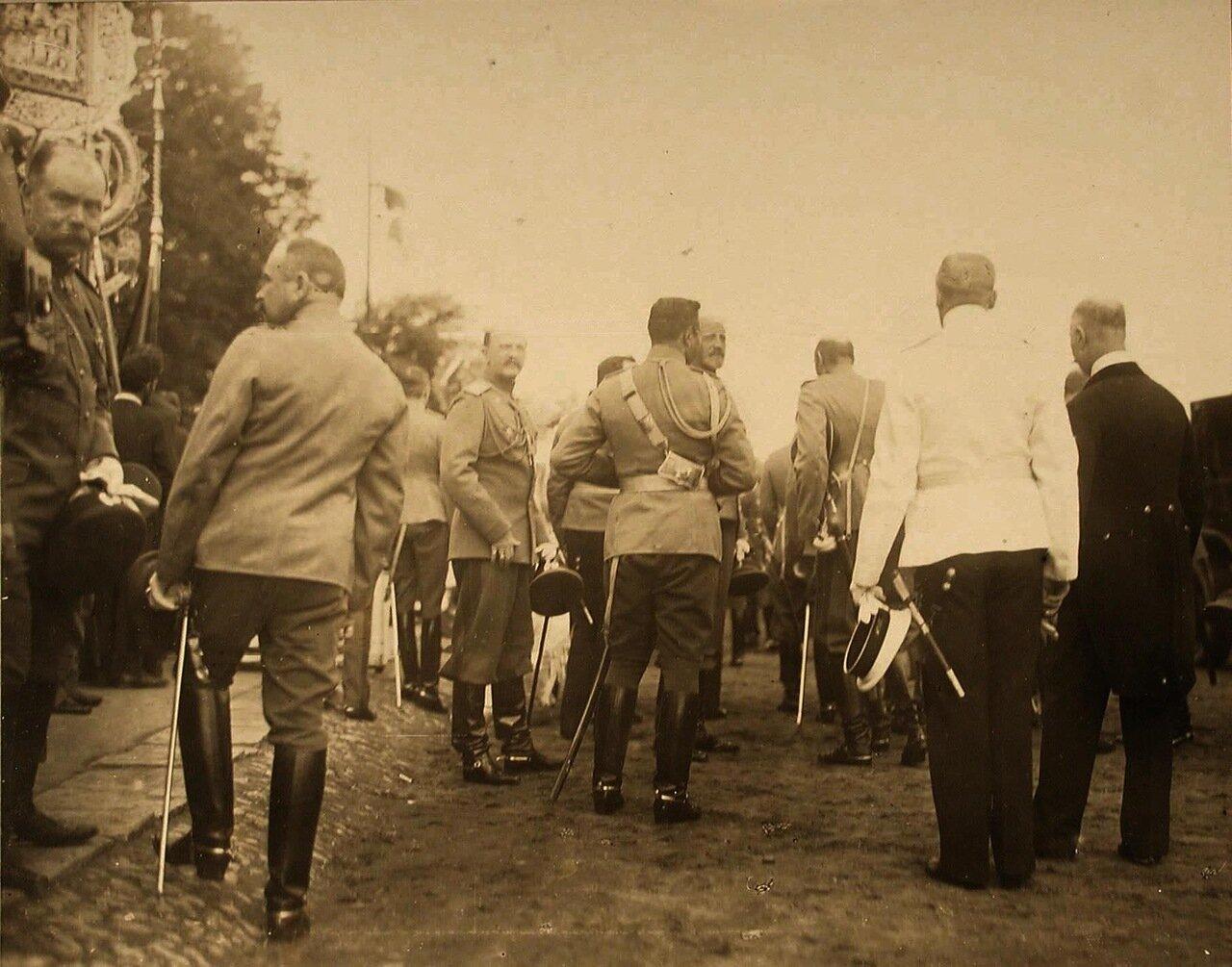 46. Группа высших офицерских чинов в ожидании прибытия императора Николая II; в центре - великий князь Петр Николаевич