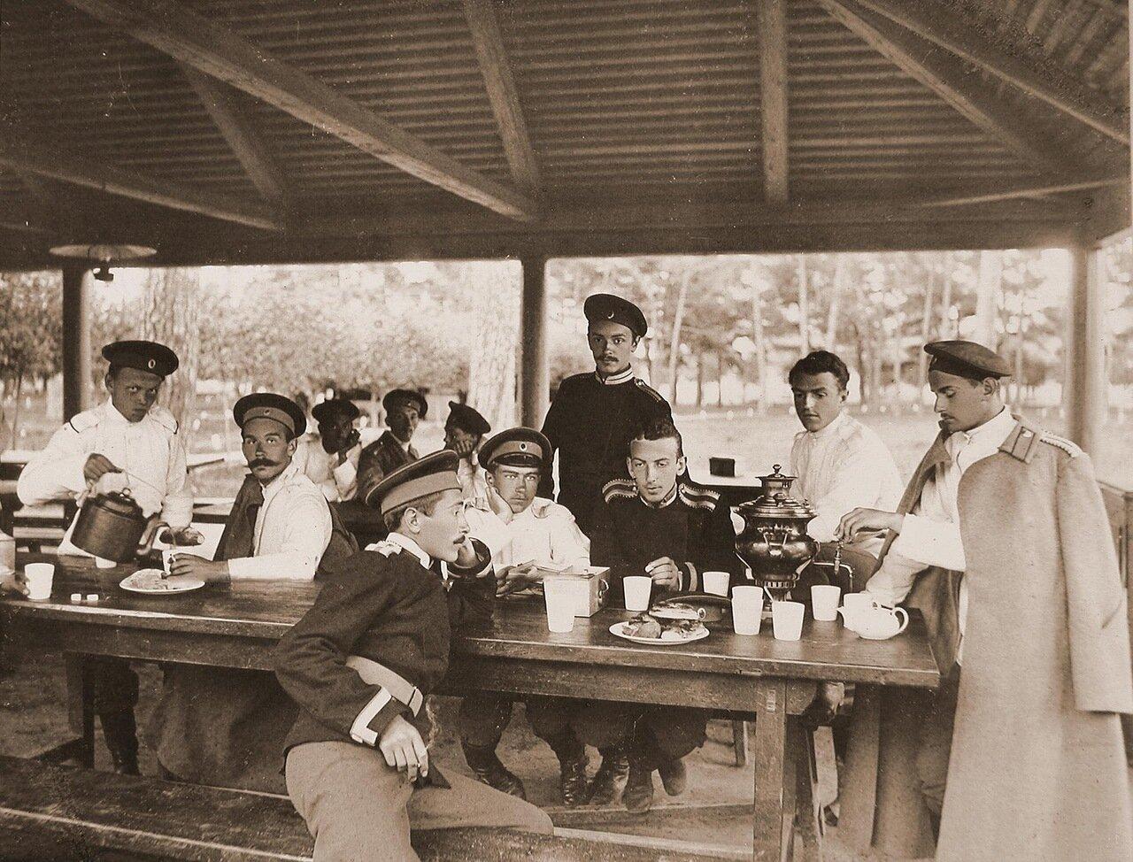 14. Группа юнкеров во время отдыха за чаем