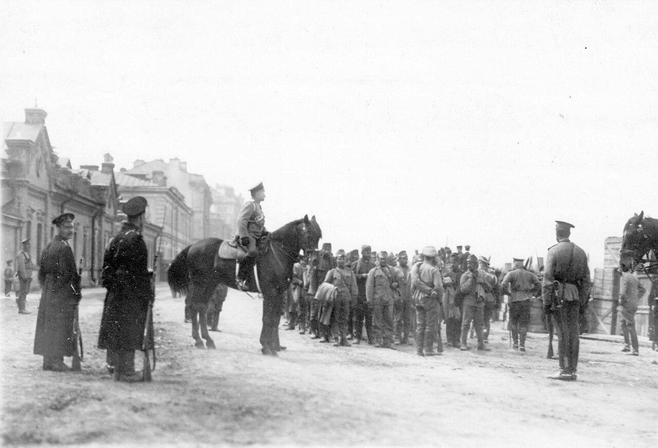 15. Группа военнопленных под конвоем на Калашниковской набережной