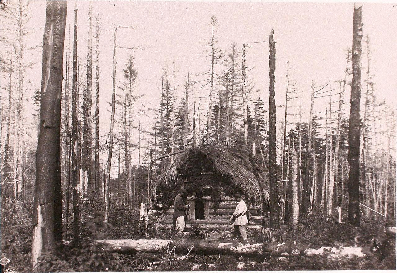 51. Первые поселенцы у вновь выстроенной избушки в лесу