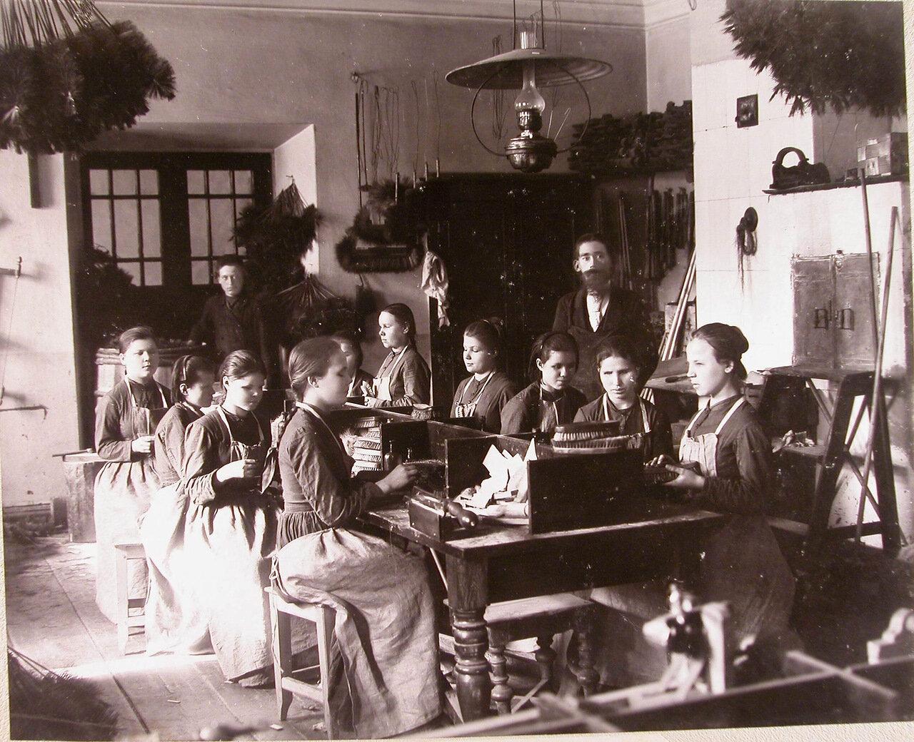13. Воспитанницы за работой в щеточной мастерской училища