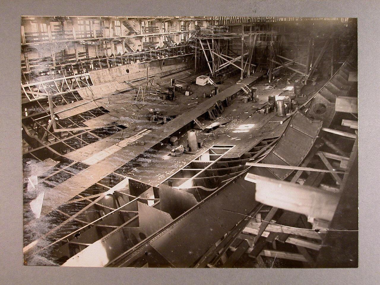 16. Вид участка работ по настилу внутреннего дна строящегося линейного корабля «Полтава»; на переднем плане - водонепроницаемые шпангоуты, далее - поперечная переборка. 27 июля 1910 г.