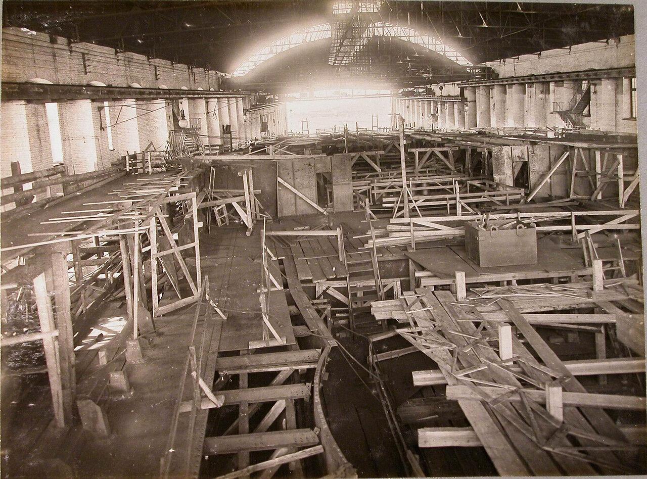 21. Вид средней палубы во время установки переборок внутреннего размещения строящегося линейного корабля «Полтава». 2 мая 1911 г.