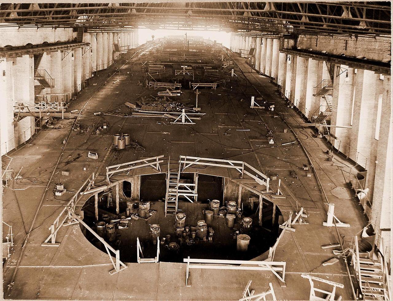 24. Вид верхней палубы во время постройки линейного корабля «Полтава»; на переднем плане-отверстие трубы 12 башни.  25 июня 1911 г.