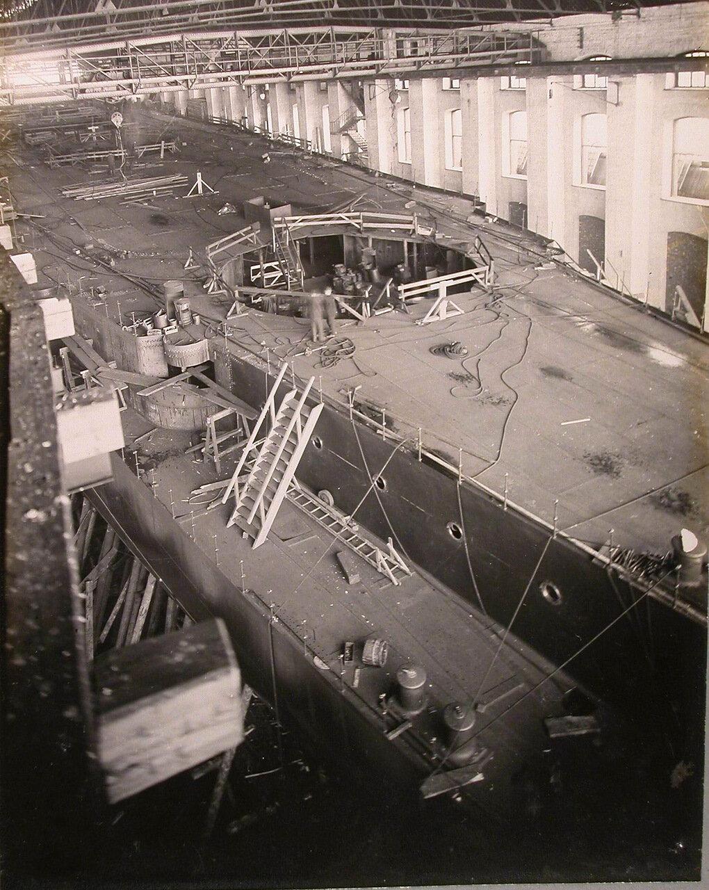 25. Вид части верхней палубы и орудийного среза левого борта строящегося линейного корабля «Полтава». 25 июня 1911 г.