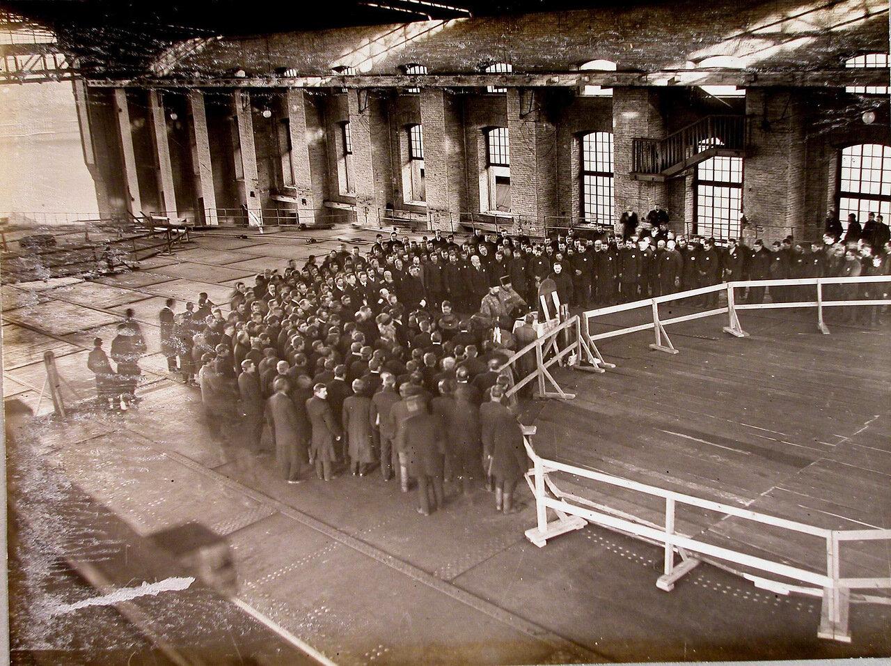 40. Участники молебна, устроенного по случаю спуска на воду линейного корабля «Полтава», на верхней палубе корабля. 27 июня 1911 г.
