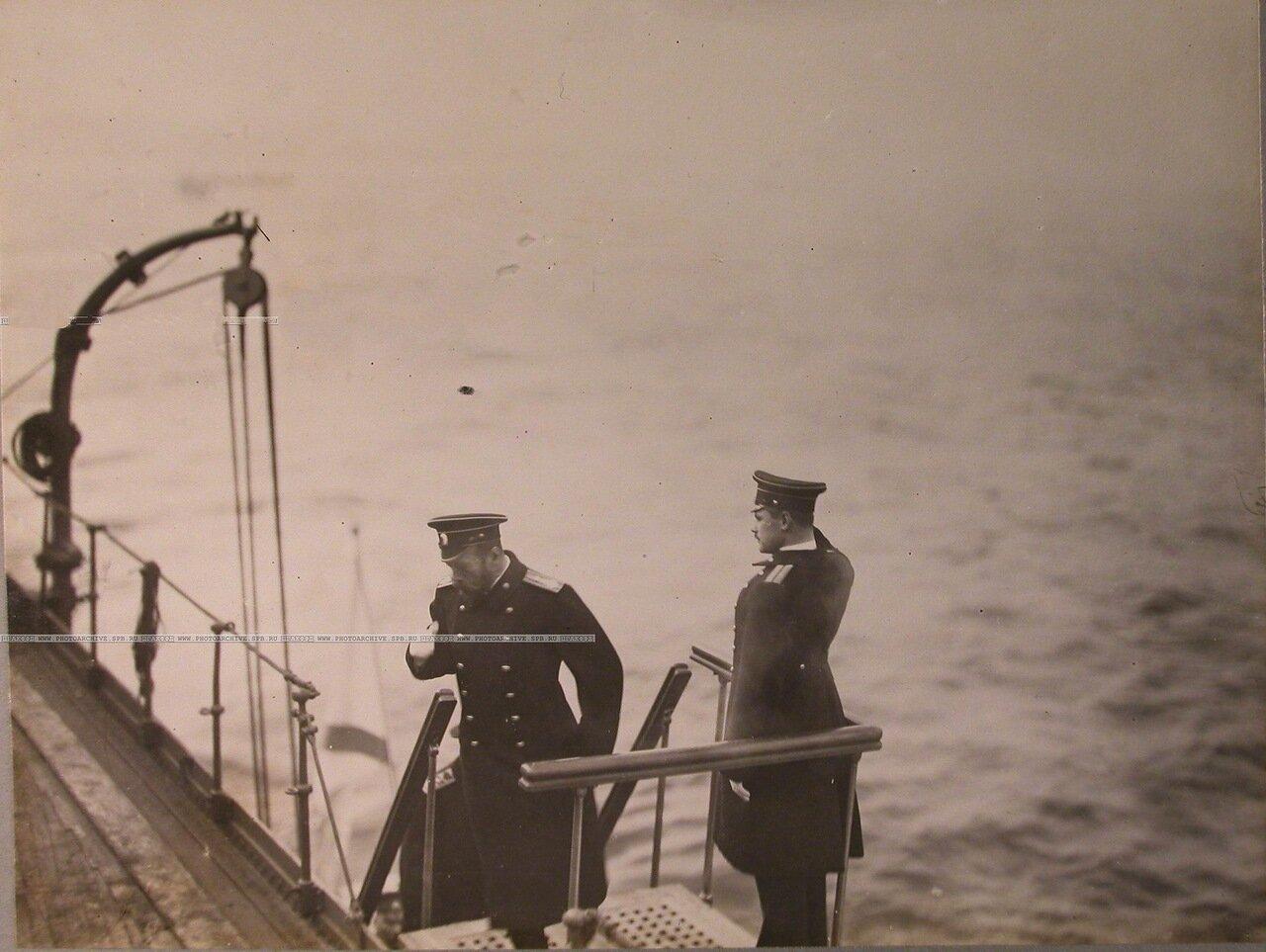 120. Император Николай II поднимается на верхнюю палубу линейного корабля «Полтава» во время его осмотра. 8 октября 1914 г.