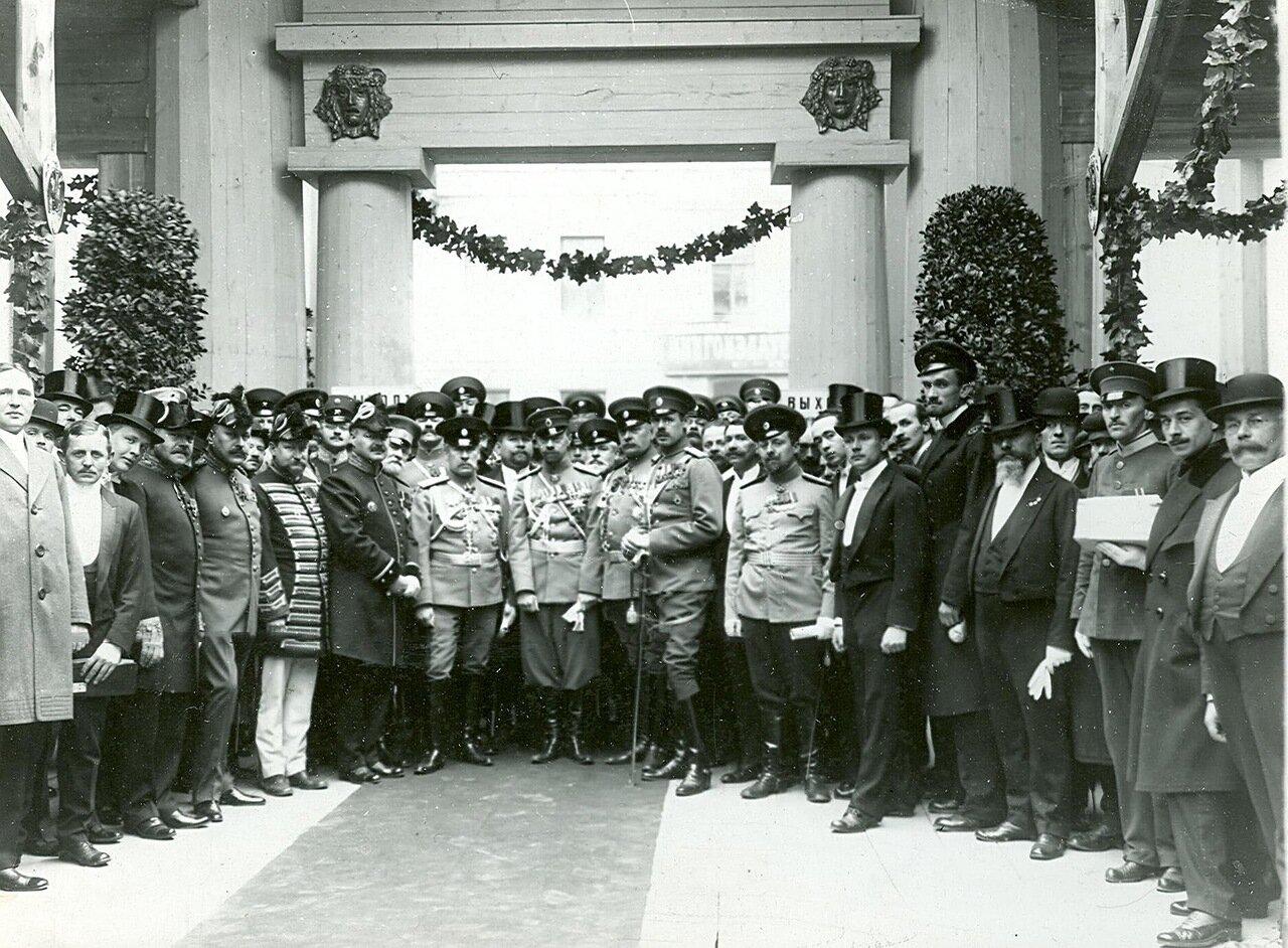 16. Группа участников открытия выставки