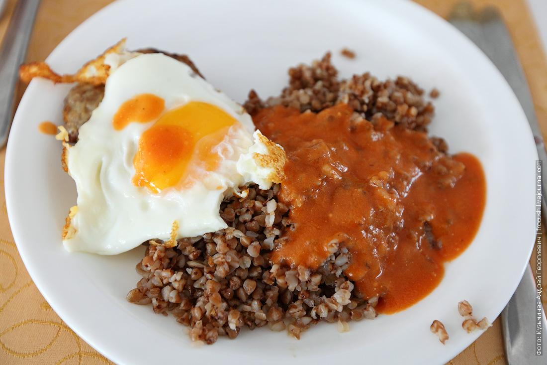 Бифштекс с яйцом, гречневая каша