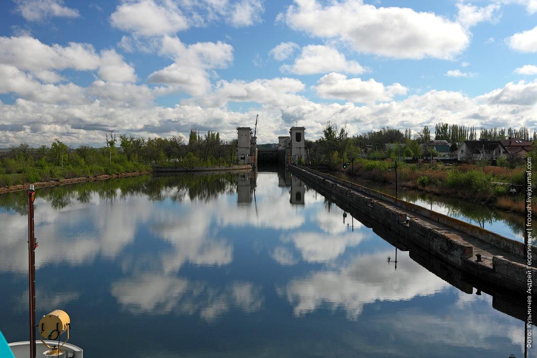 Шлюз №4 Волго-Донского судоходного канала. Дачи подступают практически вплотную к шлюзу