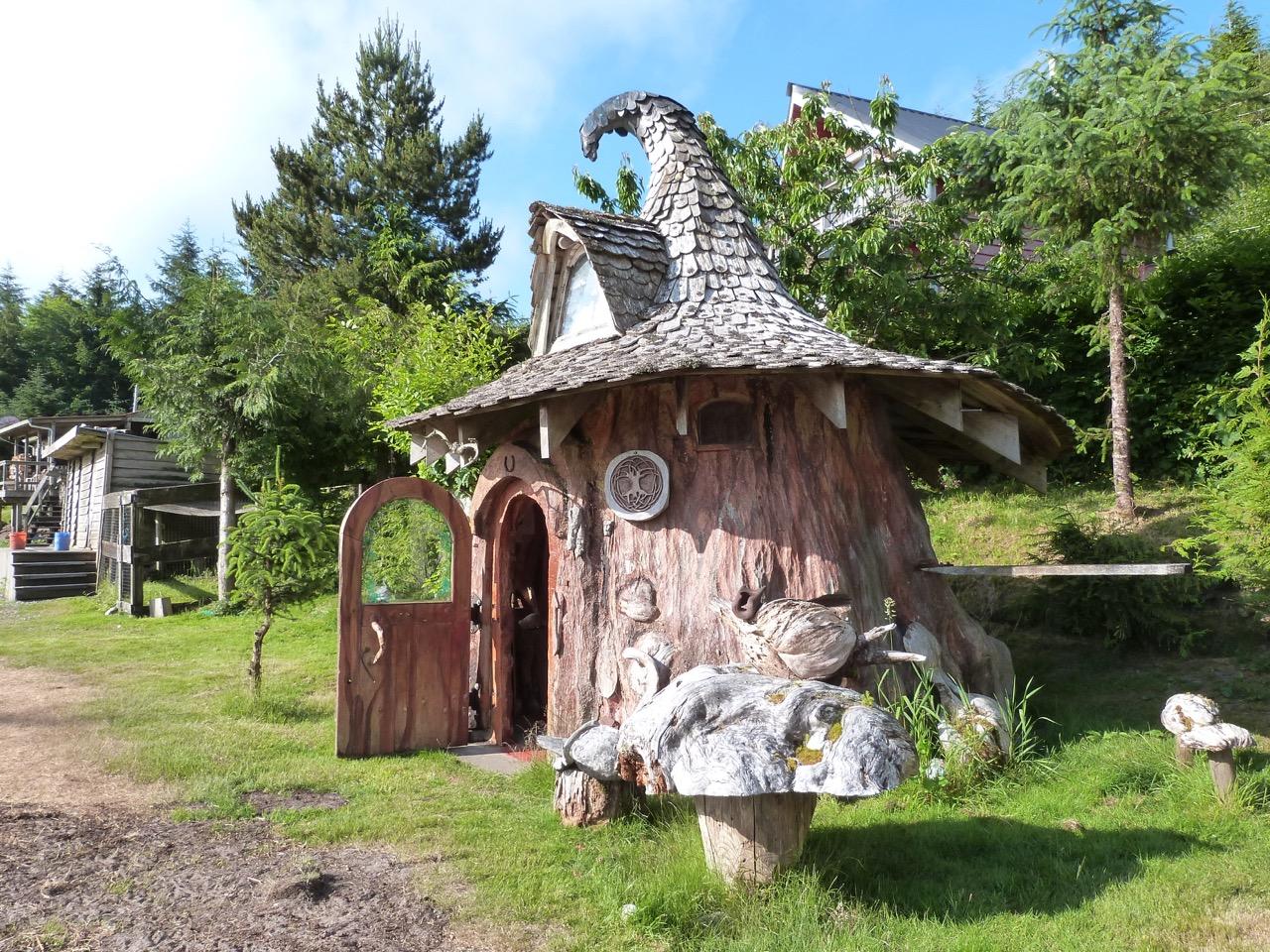Сказочный дом - старый пень