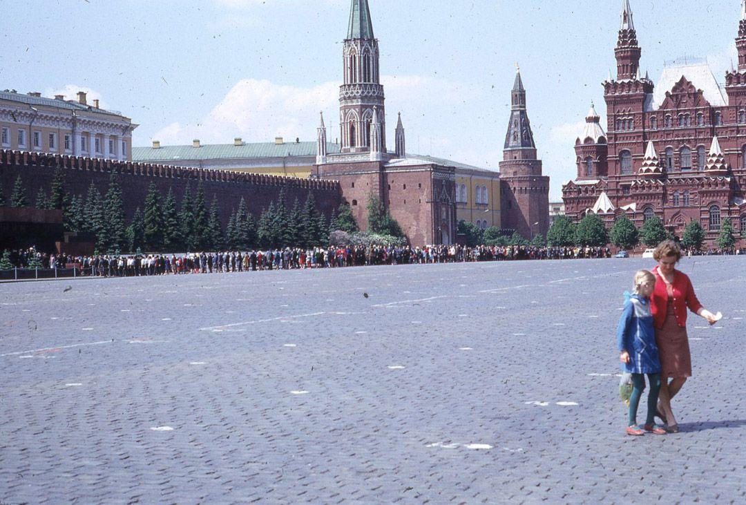 3. Красная площадь. Четверо партийных работников идут в кремль на совещание.