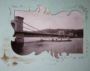 Пароход Запорожец проходит под мостом.
