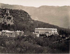Вид на дворец великого князя Константина Николаевича (архитектор А.И.Штакеншнейдер, 1842-1852 гг.) и часть парка; слева - беседка-ротонда на скале.