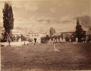 Вид корпусов ханского дворца; слева - дюрбе (ханские гробницы). Бахчисарай.