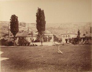 Вид северного и южного дюрбе (ханских гробниц) на территории ханского дворца. Бахчисарай.