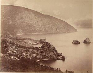 Вид на город со стороны бухты и гору Аю-даг; справа - скалы Адалары.