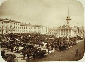 Общий вид Тверской площади, заполненной экипажами гостей, съехавшихся по случаю пребывания в Москве императора Николая II и других членов императорской фамилии; на заднем плане - дом московского главнокомандующего.