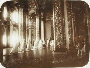 Фрейлины и статс-дамы свиты императрицы покидают зал Большого Кремлевского дворца .