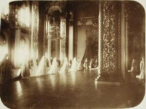 Фрейлины и статс-дамы свиты императрицы покидают зал Большого Кремлевского дворца