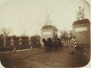 Экипаж у ворот парадного въезда в усадьбу Нескучное.