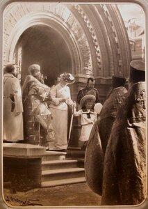 Император Николай II, императрица Александра Федоровна и великая княжна Ольга Николаевна выходят из собора монастыря Спасов Скит