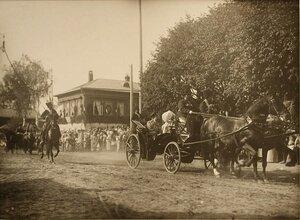 Жители города приветствуют императора и императрицу, направляющихся к храму Воскресения на дебрях  в экипаже.
