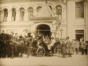 Императрица Александра федоровна и цесаревич Алексей в экипаже у Чудова монастыря