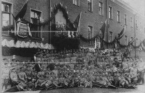 Группа офицерского состава полка во дворе казармы в день 100-летия Кульмского сражения (1813г.)
