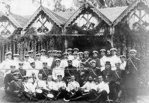 Группа офицеров батальона с великим князем Михаилом Александровичем (во втором ряду пятый слева) во время пребывания в лагерях.