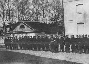Солдаты 1-ого стрелкового  батальона в строю со знаменем на Фуражной улице около Орловских ворот.