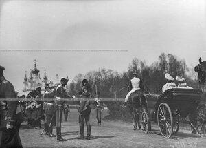 Приезд императора Николая II и императриц  на храмовый праздник  Конно-гренадерского полка   император Николай II здоровается с великим князем Николаем Николаевичем.