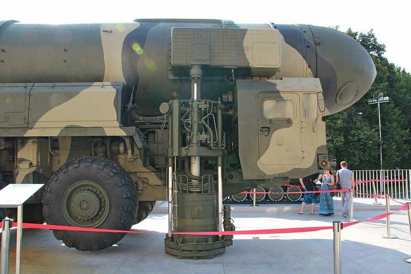 Фрагмент (опора) пусковой установки подвижного грунтового ракетного комплекса «Тополь» - Военная техника на ВДНХ