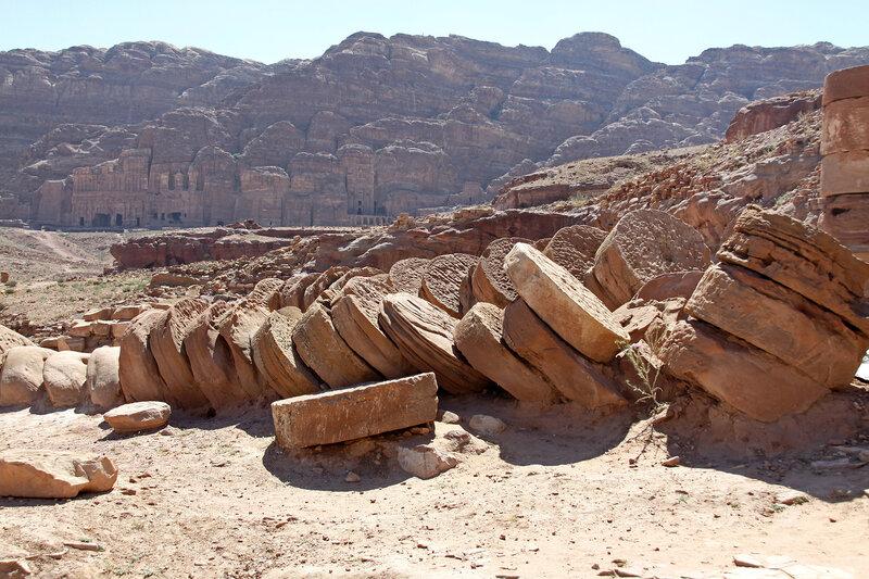 Каменные диски от гигантских колонн храма