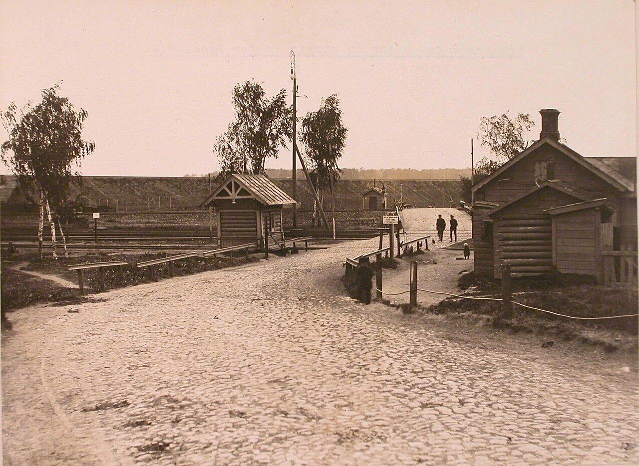Вид на переезд через Николаевскую железную дорогу