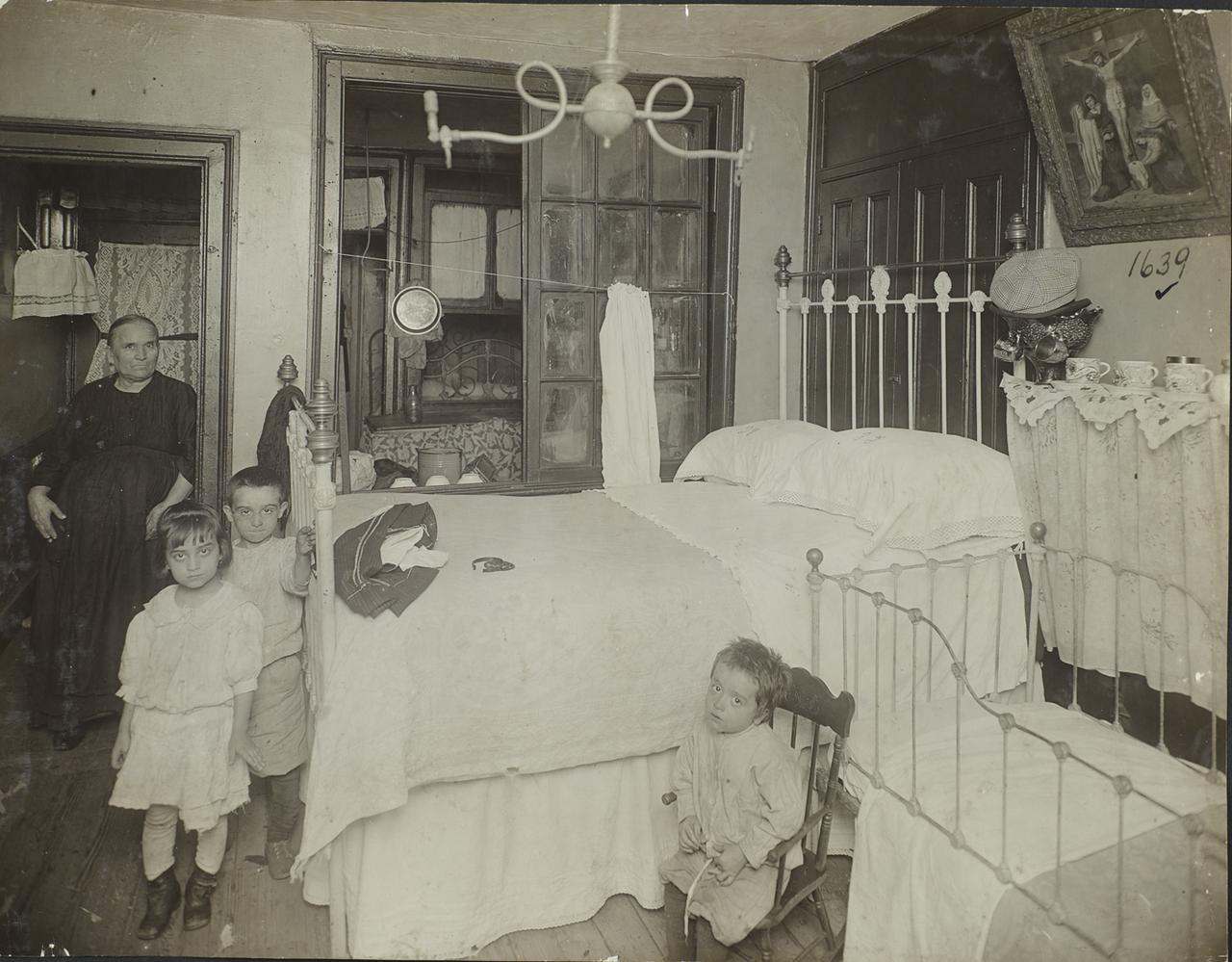 Старуха и тремя детьми в  доходном доме. 1910