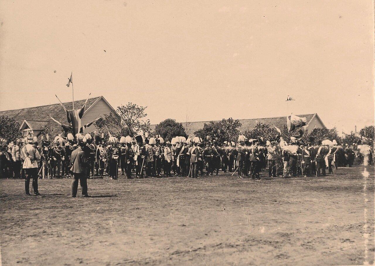 Группы представителей иностранных делегаций, прибывших на торжества коронации, и члены императорской фамилии перед началом парада на Ходынском поле.