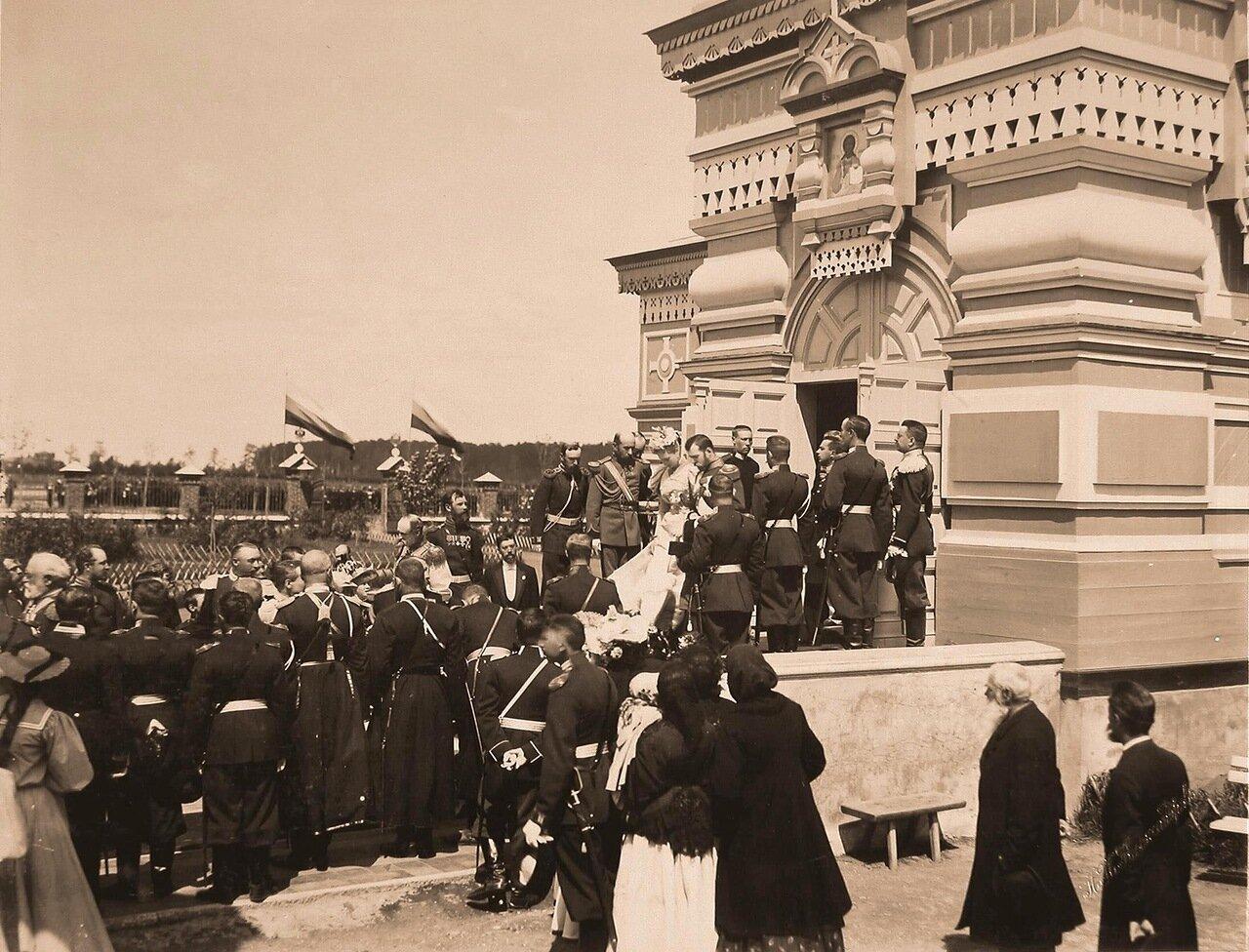 Император Николай II и императрица Александра Федоровна выходят из церкви Св. Сергия Радонежского на Ходынском поле