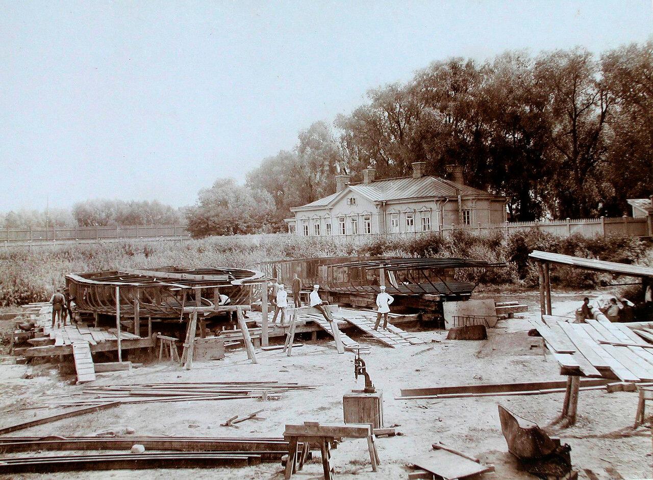 20. Рабочие и военные во время постройки пароходов в речном порту