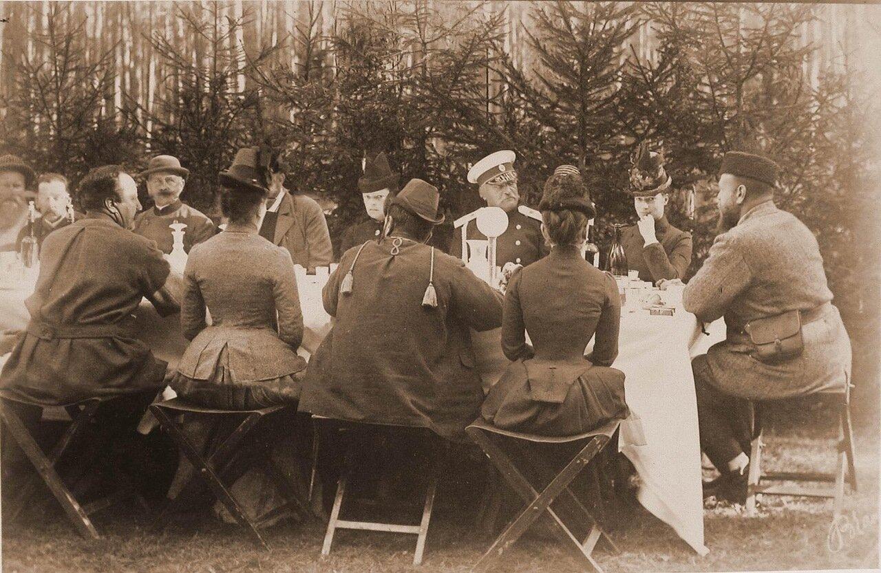 13.Император Александр III (справа крайний), императрица Мария Федоровна (по правую руку от него) и участники царской охоты во время обеда в лесу; крайней слева (в шляпе) - князь В. Барятинский