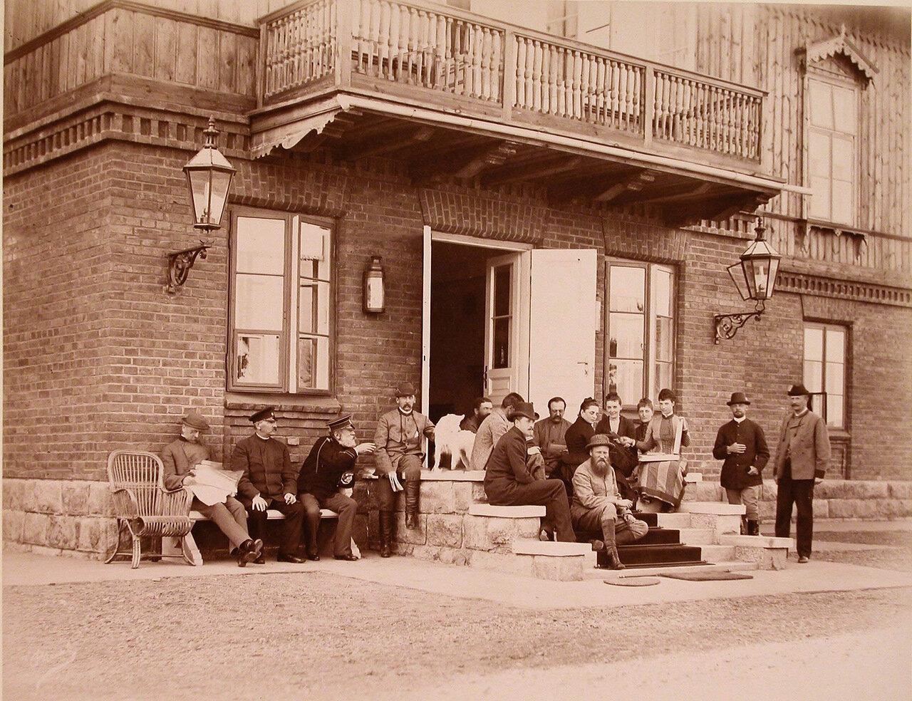 01. Группа членов императорской фамилии и сопровождающие их лица на крыльце дома перед охотой