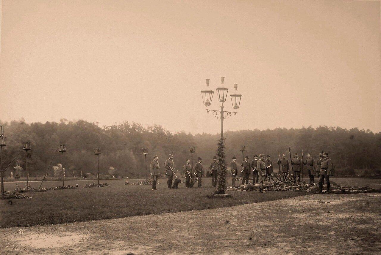 52. Группа егерей около оленей, убитых во время охоты. 1894
