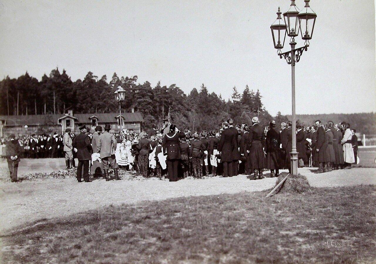 03. Император Александр III среди детей и местных жителей
