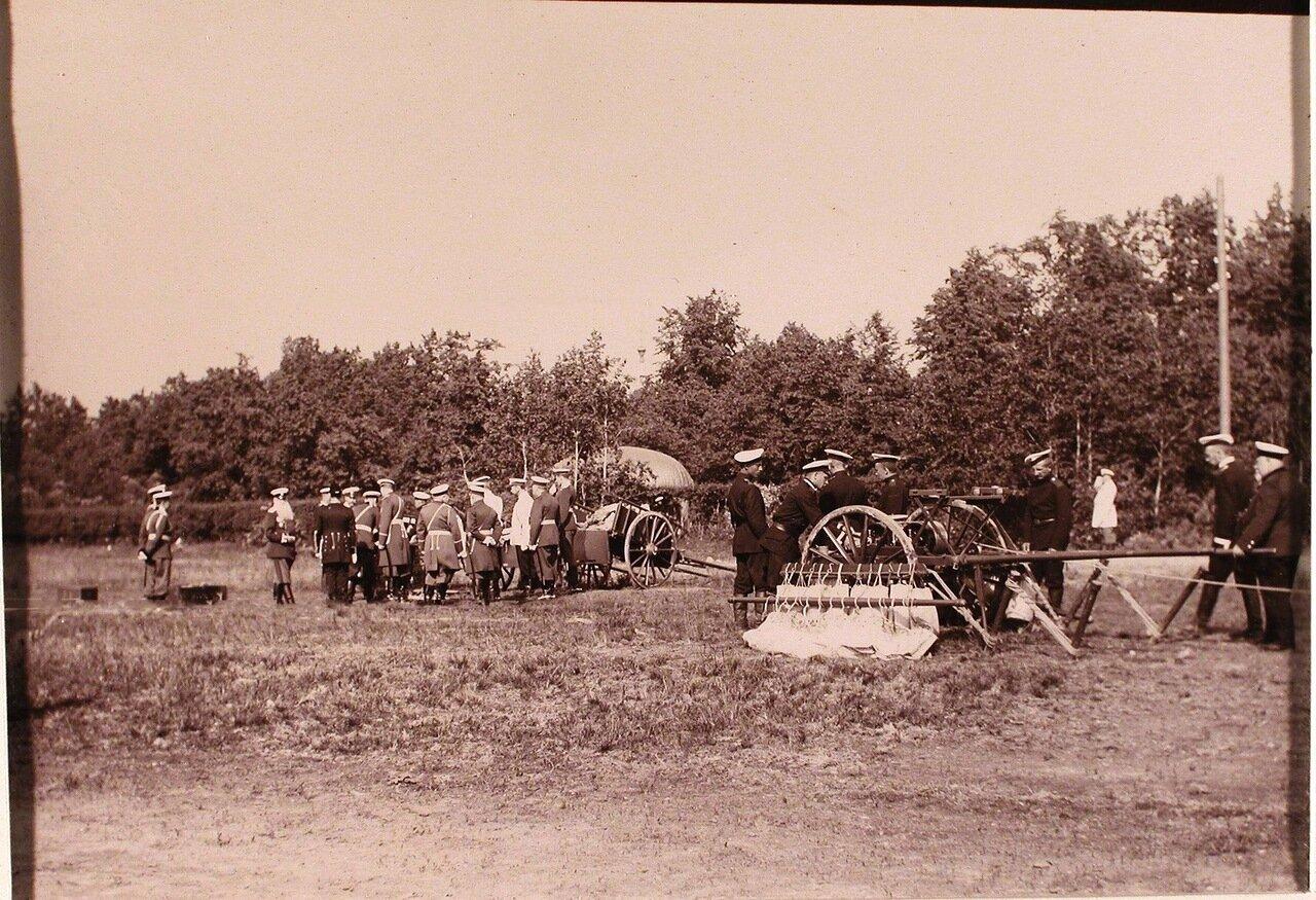 10. Император Николай II в группе офицеров за осмотром инвентаря газовой батареи